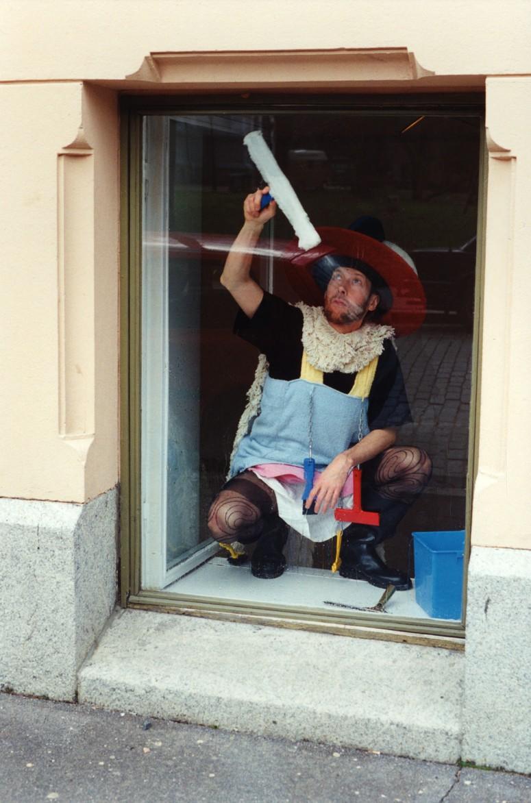 jan_siivoa_ikkunaa